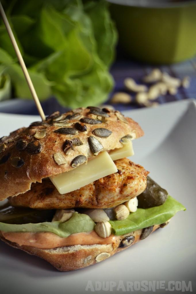 Burger z kurczakiem i orzechami nerkowca